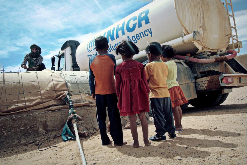 """""""Takk Gud, nå kommer den."""" Flyktningene lyser opp når de ser FNs tankbil rulle inn i leirene. FN distribuerer vann to ganger i måneden. Foto: Mali Galaaen Røsseth"""