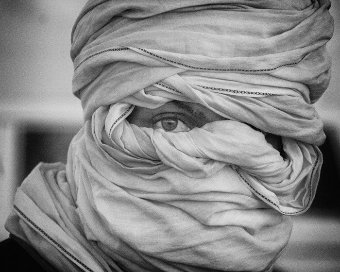 Saharawiene bruker sjal rundt hodet for å beskytte seg mot ørkenens sandstormer. Bildene som følger artikkelen er tatt av en anonym fotograf fra Vest-Sahara (red.anm).