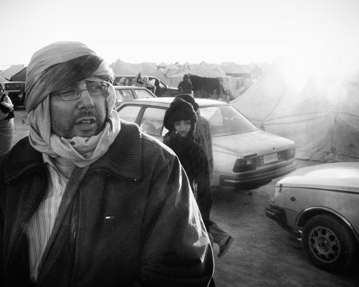 Bilde av Eenama Asfari inne i Gdeim Izik leiren.