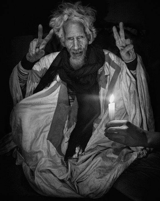 """""""Deida"""" er en gammel politisk aktivist som kjemper for selvbestemmelse for det saharawiske folk, og onkelen til en av fangene i Gdeim Izik gruppen. Under en demonstrasjon februar 2017 - ble Deida brutalt slått ned på gaten av politiet i El Aiun."""