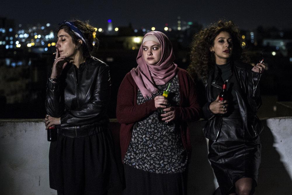 In between:  Nour kommer fra en konservativ familie og flytter inn med liberale, sekulære Laila og Salma i Tel Aviv. Det en en flott histore om frihet, å finne sin egen vei og brudd med tradisjoner og familie.