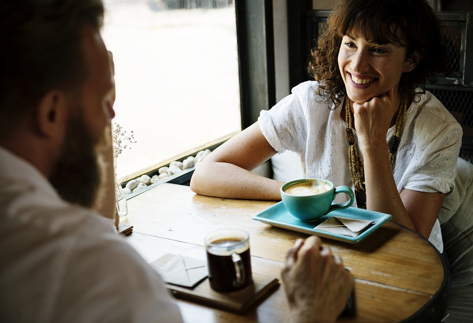 En språkkafé er et sted du møter andre som også trener på å snakke norsk. (Bilde: Pixabay)
