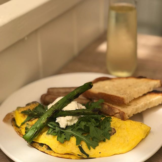 Counting macros can be difficult when you are social and like to go out! But you can make smarter choices. My omelet is made with egg whites, no butter on my toast, turkey sausage and a glass of champagne for #sundayfunday If you are going to indulge in a drink, champagne is a good option. Skip the extra sugary juices added #everythinginmoderation