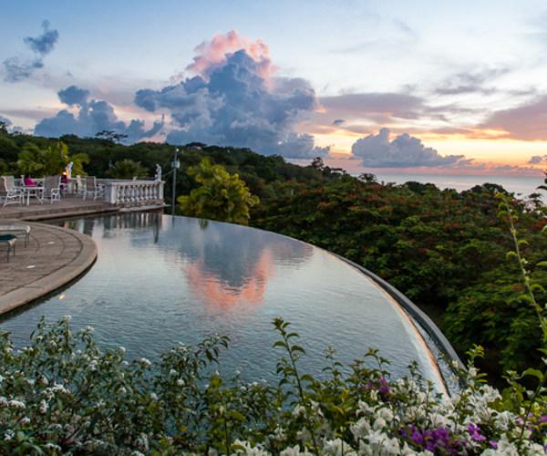 Tobago - The Villas at Stonehaven er det ultimate luksuskomplekset med villaer bygget i fransk kolonistil oppover en høyde over stranden.
