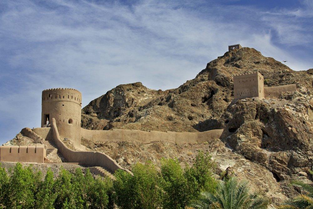 Oman: Ørken, landsbyer & luksus. Turen tar deg på ørkentur med besøk til landsbyer hvor tiden har stått stille, sanddyner, hav, høye fjell og beduinmarked.