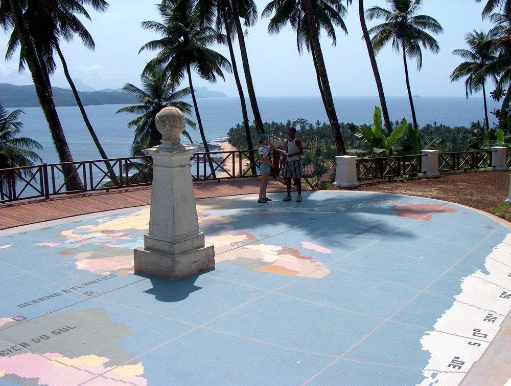 Ekvatorlinjen går gjennom øya rolas på sao tome og dette er et yndet utfartssted