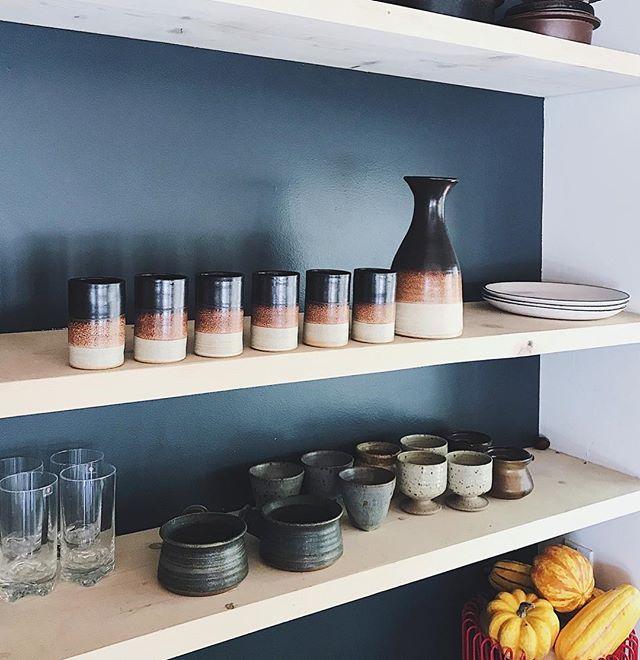 (Peaking) RUSKA, Arabia - Finland⠀ ⠀ JERSEY POTTERY - UK⠀ ⠀ and friends 💚⠀ ⠀ ______⠀ .⠀ .⠀ .⠀ #shelfie #foodstyling #props #kitchenstyle⠀ #studiopottery #potteryplates #earthware #madeallover #slowdesign #ahuto #iittala #ruska #arabiafinland #lifestyle #denmark #squash