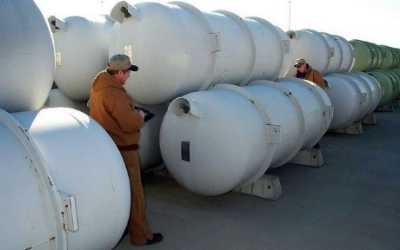 Workers inspect DUF6 cylinders at Paducah (Image: DOE)