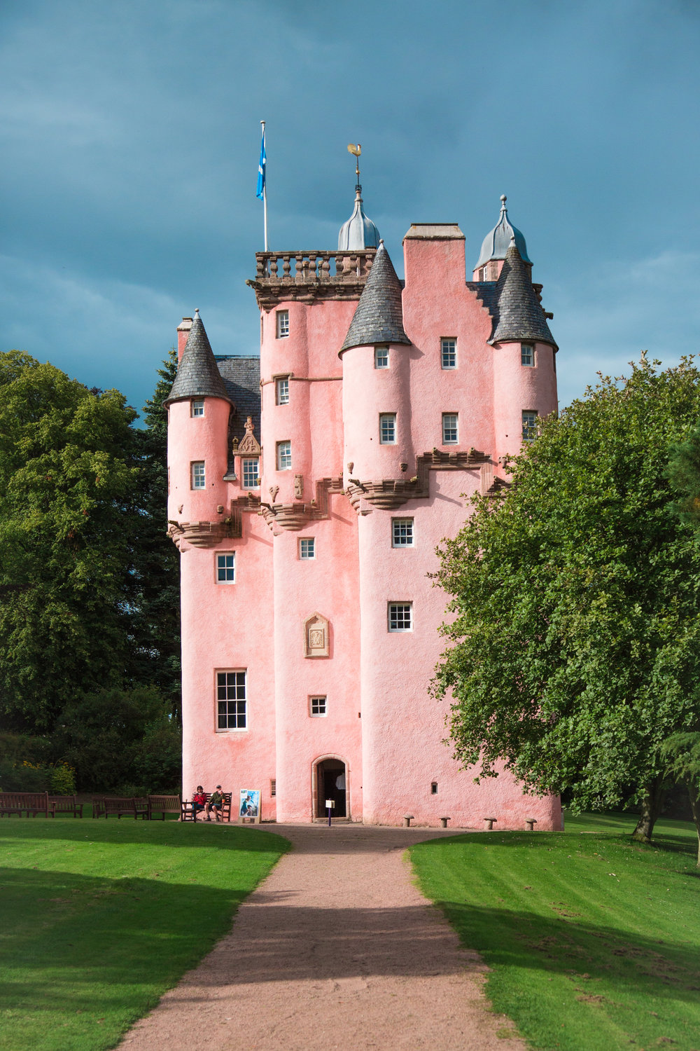 Yes! There are hundreds of castles in Scotland, but we could not possibly visit all of them, so we chose the best, famous and intriguing one! So here's the Craigievar Castle, formally housed the Forbes family and now owned by the National Trust for Scotland. The pinkish fairytale castle reminded me of the simplified version of the Walt Disney castle, a striking architecture that stands out amongst massive farmlands and walkways from afar. With phases of conservation efforts, the contents of the castle such as the different bedrooms are lovingly preserved over three centuries till today.