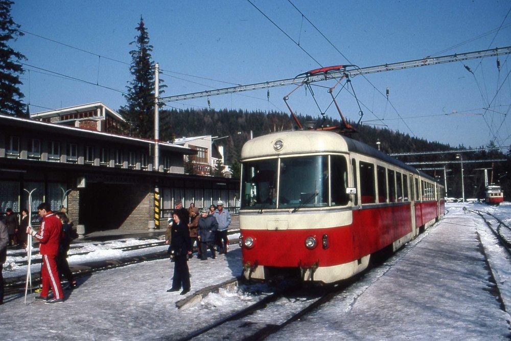 Poprad-_Tatranska_Lomnica-Strbske_Pleso_tram,_Slovakia_1993.jpg