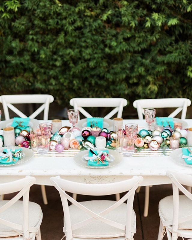 It's all in the details my friends!!! This year, I'm excited to mix up my traditionally colored decor for something a little more vibrant and colorful. Do you like to keep it traditional, or do go for something a little more out of the box? Major tablescape inspo @sevenstems 🖤🖤🖤 . . 📷 @jenfujphotography Planning | @sevenstemsRentals |@jakedukestudios Table top Rentals | @cherishedrentals Paper goods | @madebymeer Ornaments | @target @targetdoesitagain @targetstyle Runner | @sugarpaperla