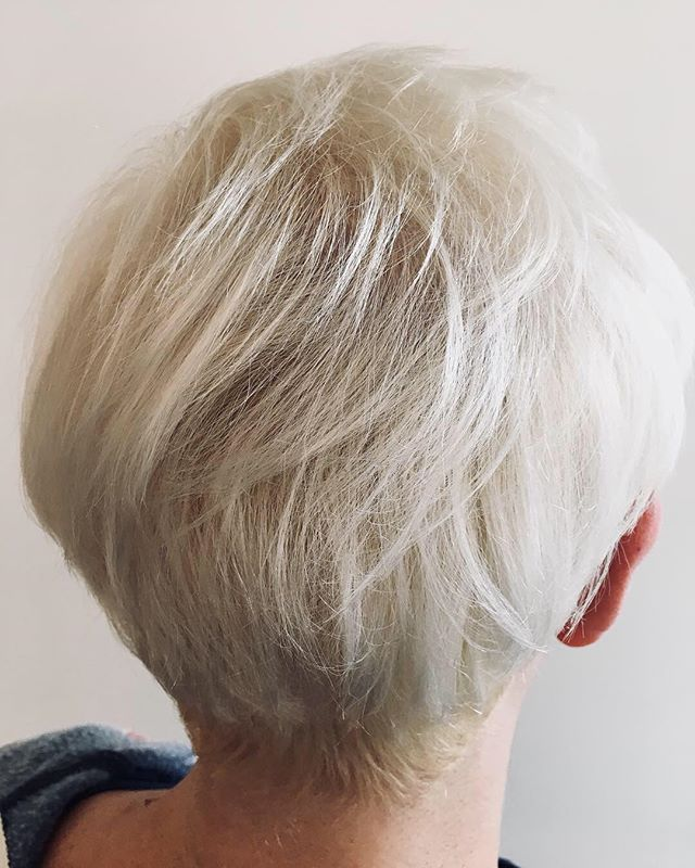 ❗️❗️PRO TIP ❗️❗️ To eliminate uncomfortable burning and irritation that comes with on-scalp bleach outs, add...🍬SWEETENER 🍬 (one packet of artificial sweetener per bowl)  Hair by @catherineinc  #hair #yyjhair #pixiecuts #bleach #bleachandtone #bleachout #protip #hairstylist