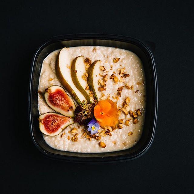 Fig and pear porridge with organic oats, almond milk and hazelnut crumb. ⠀⠀⠀⠀⠀⠀⠀⠀⠀ #premium #mealprep #organic #Gymsmith #fatloss #gymsmithkitchen #results #fooddelivery #jerseyci #fitness #fitmom #girlswholift #gymlife #healthylifestyle #fitfam #fitspo #jersey #gym #instafood #weightloss
