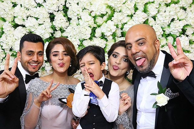 When you're super-tired but a picture with the fam comes first! 📷 👨‍👨‍👧‍👦 😴  Starring the wonderful @sumaiya_atcha and family.  #photobooth #fun #manchester #bolton #bradford #blackburn #preston #sheffield #mehendi #leeds #asianwedding #asianweddings #pakistani #bride #fashion #pakistanifashion #weddinginspo #pakistanibridal @sumaiya_atcha #muslimwedding #muslimweddingdress #manchestermakeup #muamanchester #manchestermua
