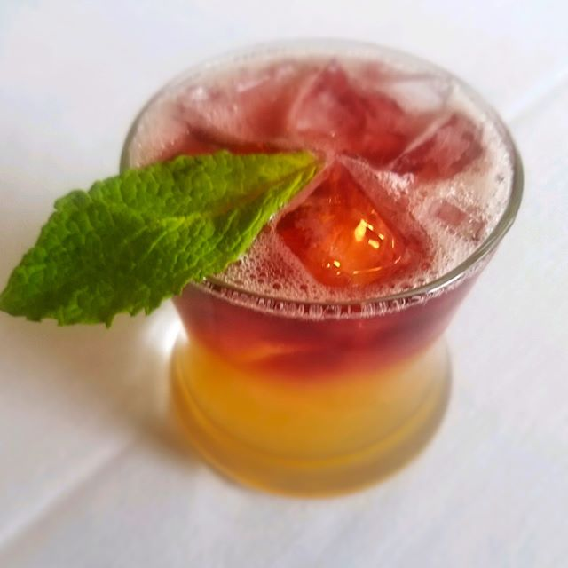 Fancy a Napoletana Sour? Rye whiskey, freshly squeezed lemon juice, simple syrup and a splash of dry red wine makes for a very refreshing cocktail. Enjoy with your favorite dish tonight at Stino da Napoli! 🇮🇹 . . #stinodanapoli #napoletanasour #cocktail #cocktails