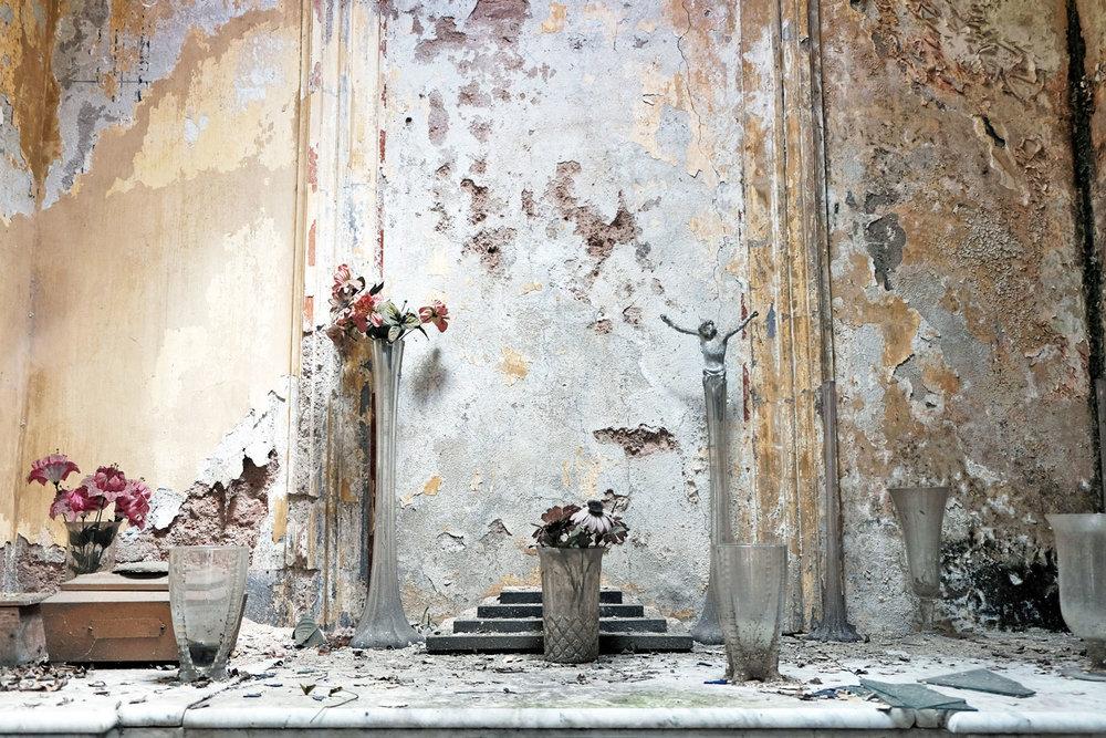 paint-peeling-mausoleum-cementerio-chacarita-buenos-aires.jpg