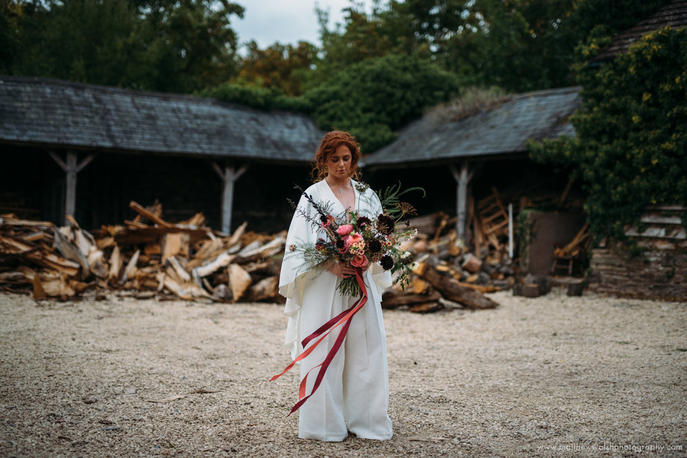 Using depth of field to separate the bride from the backdrop