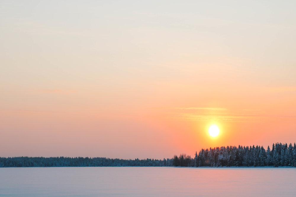 sonnenuntergang in finnisch lappland kuusamo
