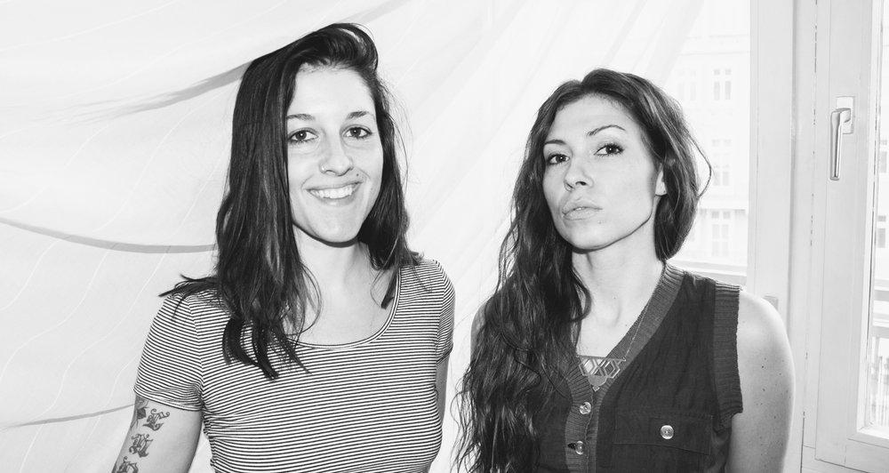 Stephanie Lund (Esquerdo), Melissa Amarelo (Direita)