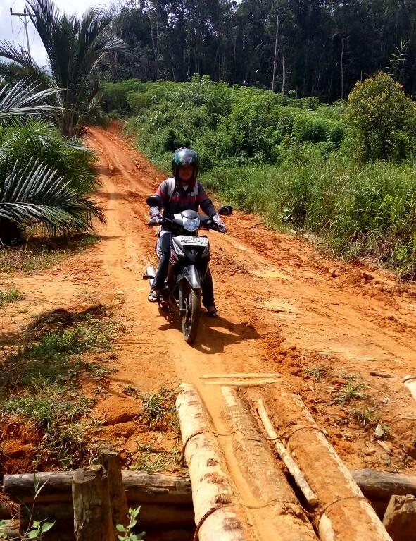 Mbak Yasinta, dalam perjalanan ke satu desa, Desa Kranjil Paidang, di dusun Bandang. Sumber: Yasinta