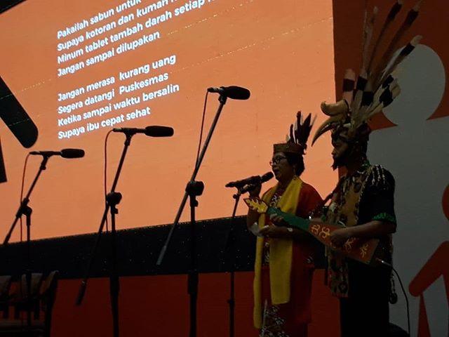 Tampil pada acara Stunting Summit 2018 kesenian tradisional dari Kalimantan Tengah. Karungut merupakan bentuk kesenian kuno masyarakat Dayak, berupa petuah atau anjuran untuk jadi panutan masyarakat. Syair didendangkan  dengan iringan musik seperti kecapi, kendang Dayak, dan gong kecil. Syairnya kini dimodifikasi pula dengan pesan-pesan gizi. #stuntingsummit #cegahstunting $sadarstunting #bundaharuspaham
