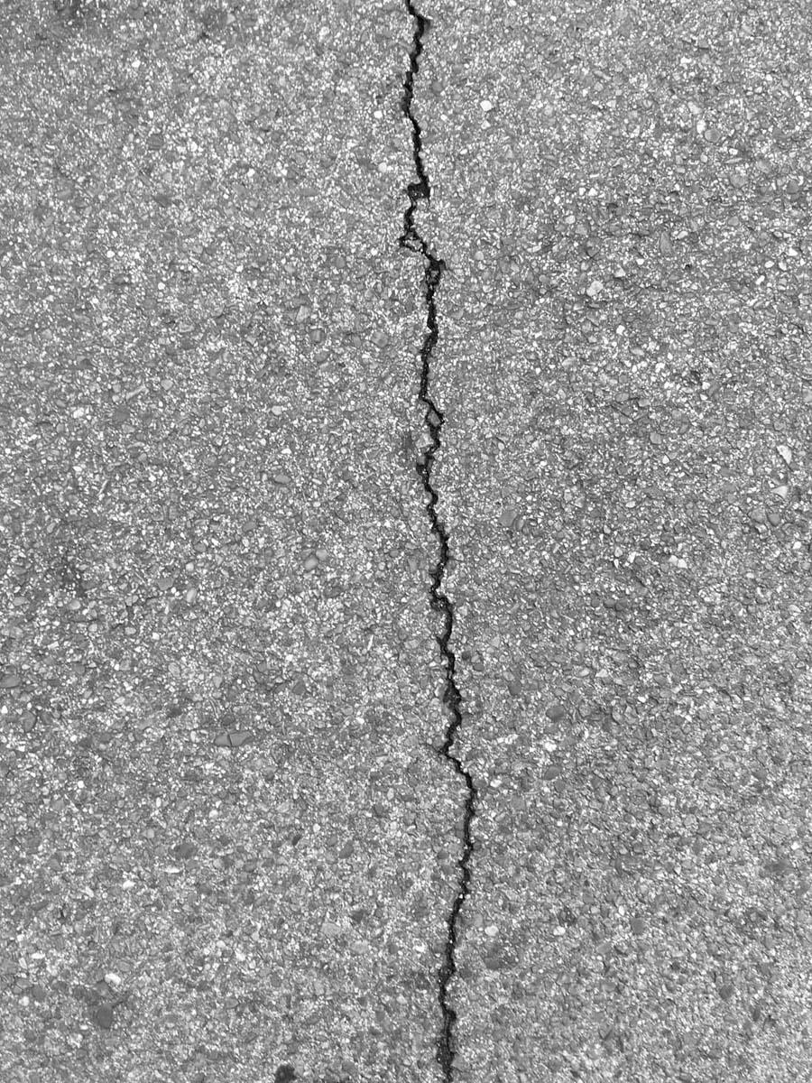 ....A crack in the asphalt, like so many others. ..Una grieta en el asfalto, como tantas otras. ....