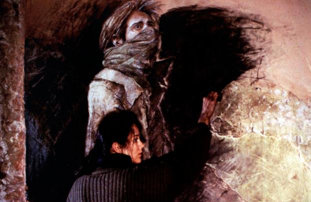 Marion Cotillard dessinant sur un portrait réalisépar Edgar Saillen.