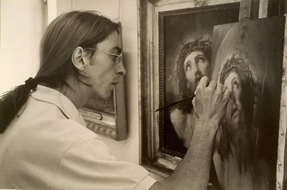 """Edgar réalisant une copie du """"Christ au roseau"""" de Guido Reni au Musée du Louvre, 1992"""