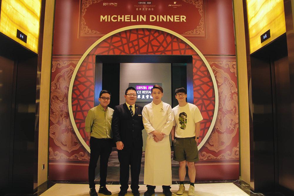 Panda cùng Tổng quản lý Crystal Jade Palace Hanoi, ông Ken Teng, bếp trưởng Kong Ming và Food Vlogger Ninh Eating