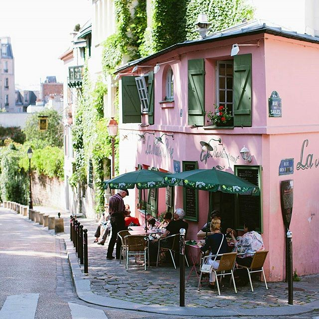 So pretty little street des Saules in Paris, montmartre area... When it's that hot outside, better stay in the shade!  #cute #prettystreet #nontmatre #niceday #beautifulday #lovelytime #happypeople #tourism #pictureoftheday #favourite #place #awesome #view #terrace #shade #seightseeing #paris #thisisparis #style #romantic #sun #gettingwarm #summer #summertime #influencer #blogger #fashionblogger #styleblogger #elegance
