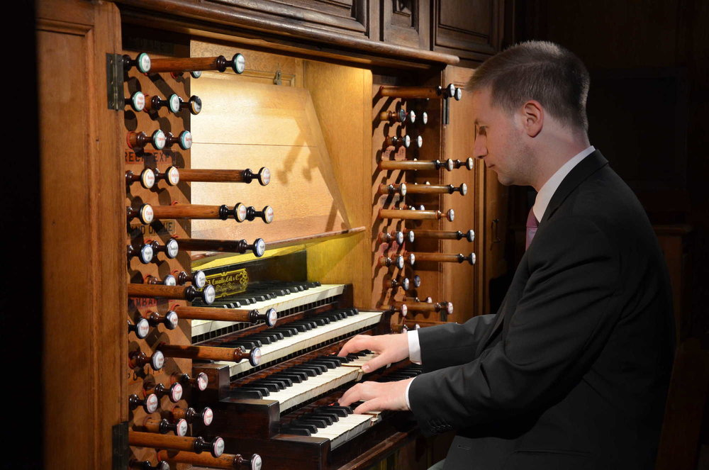 Johann Vexo plays the organ.