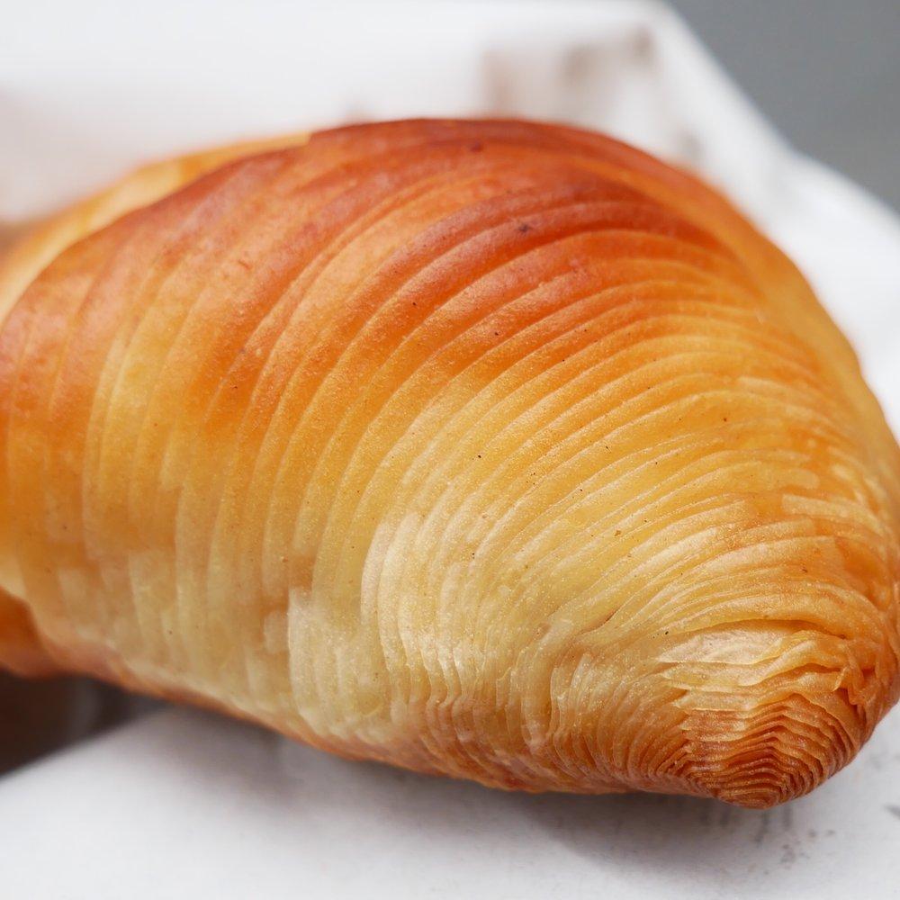 Naples pastry Sfogliatella tail.jpg