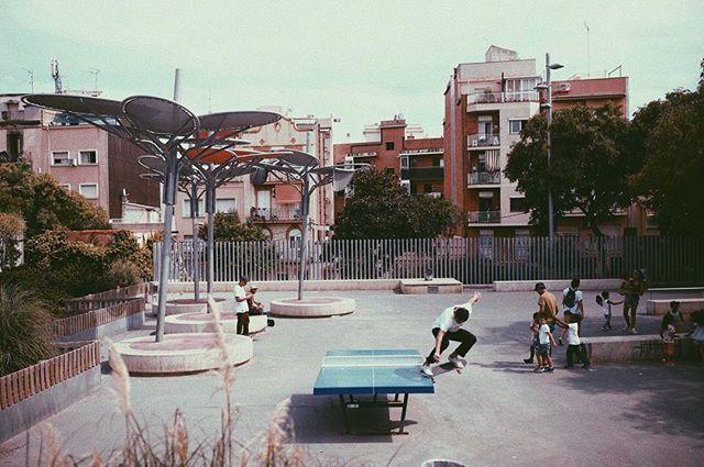 Una de mis favoritas del último viaje al viejo continente. Yo haciendo un crooked en esta mesa de pingpong. A la foto un maestro @javrcaceres  Foto publicada por @revistademolicion en su última edición! Gracias por el espacio y gracias @rvcachile por apañar al viaje! #skate #me #doing #crooked #photography #skateboarding #barcelona #spain #pingpong #table #summer #time