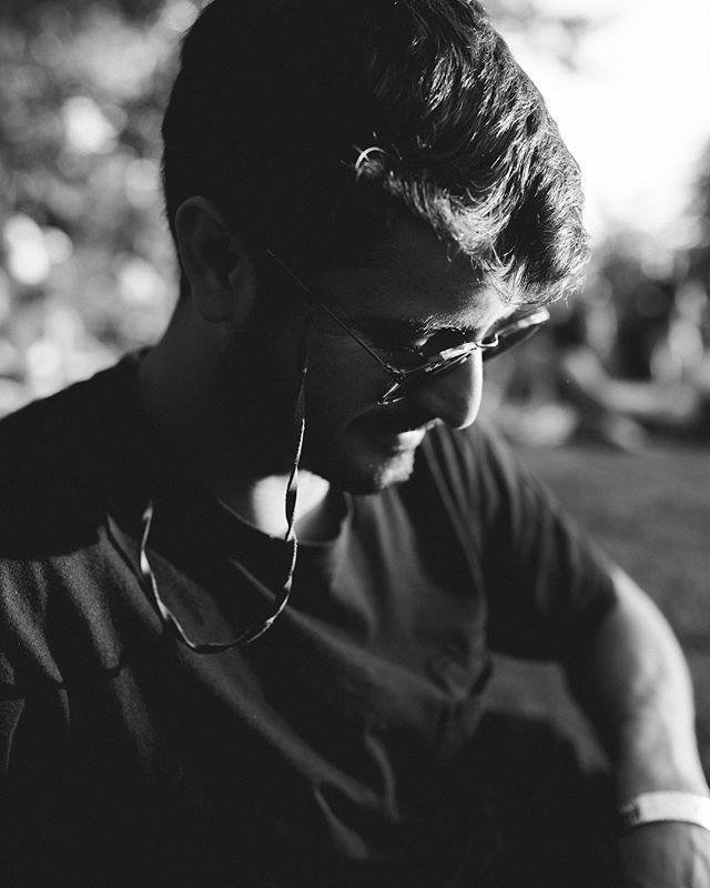 De a poco las patas de gallo se van a asomando cada vez más! Trabajamos para crecer y la cagó que el trabajo dignifica. No somos menos ni más.  Esto fue de ayer cuando la @cicirivarola agarro mi cámara en un break mientras trabajaba en @piknicscl  #blackandwhite #picture #photography #work #piknic #electronic #music #festival #redbull