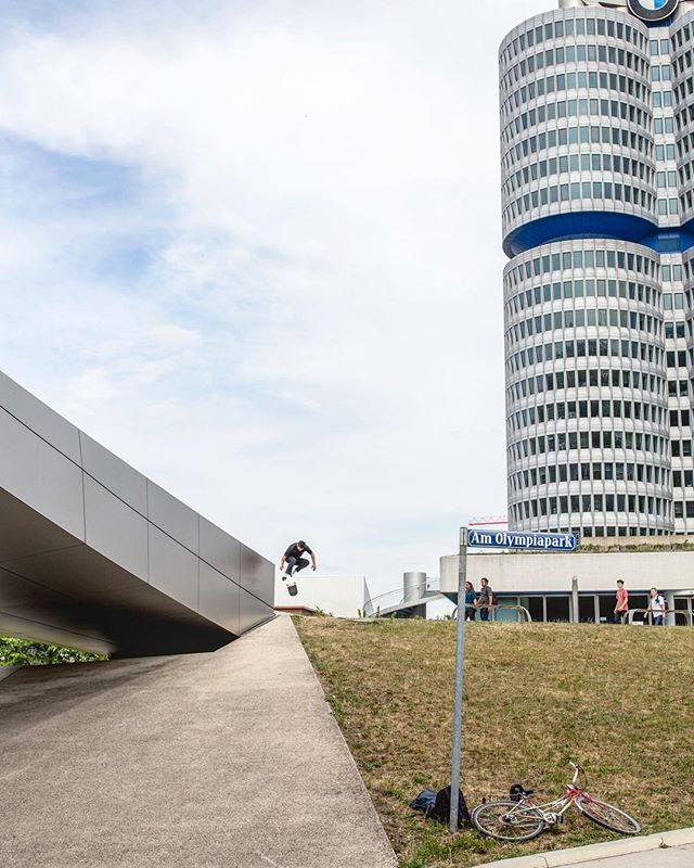 En los HQ de BMW en Munich tenia 5 tiros. Dos lo caí, uno me tranqué, me pelé la mano y el codo y los otros dos, bueno..., canillazos. Estaba estrecho y fui con un amigo que conocí por ahí, el me tomó esta foto. Ahora veo la foto y pienso en lo mucho que el skate te abre puertas y me ha hecho conocer una cantidad de personajes de todo el mundo, lo que es un tesoro para mí.  Thanks @pkspaceskate for having me that day as a guest in the streets of Munich! And thanks to @marystories_ for being the best host and partner 😊 Foto publicada  en la última edición de @revistademolicion  @rvcachile  #RVCA #chile #munich #germany #skate #photography #3flip #360flip #skateboarding #alemania #street #footage #bmw #headquarters #hq #olympiapark