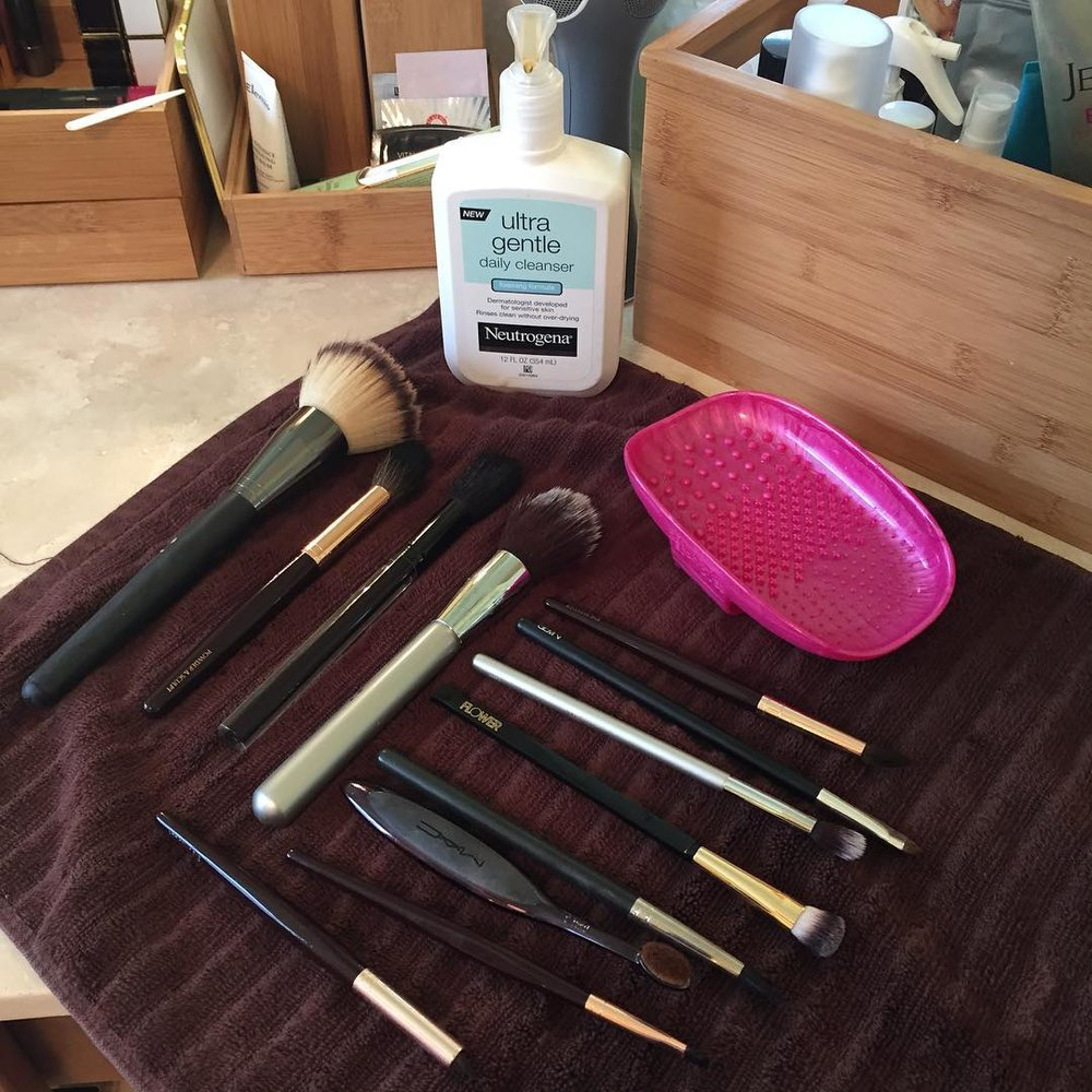 This @realtechniques #brush #cleansing #palette makes washing a breeze! #makeup @neutrogena @itcosmetics @ctilburymakeup @kevynaucoin @narsissist @flowerbeauty @maccosmetics #musthave