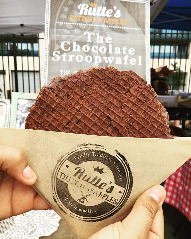 💥CHOCO-LOCO IS HERE💥 Only 1 more Saturday left to get your #stroopwafel on - we're closing down shop for July & August, so don't wait until September to get your next bite 😋 #rutteswaffles #smorgasburg #brooklyn #nyc #delicious #fresh #dutch #cookie #stroopwafels #yummy #chocolate