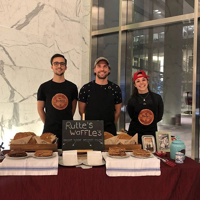 Sharing the Stroopwaffles's love ❤️ in Manhattan! #stoopwafel #brooklyn #newyorkeats #rutteswaffles #stroopwaffles #love #bites