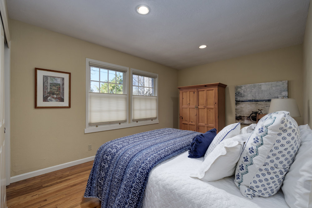 17 Bedroom1.jpg