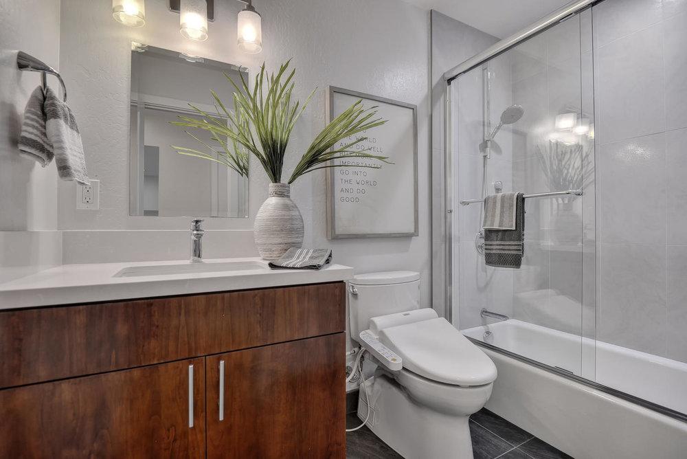 20_130 Forest Hill Dr Los Gatos-large-023-17-Hallway Bathroom one-1499x1000-72dpi.jpg