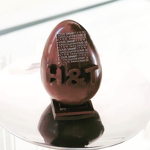 Objet de désir !! Œuf en chocolat avec ganache infusée au thé James Earl Grey very Grey #chocolat #tealover #l#happytherapy #bonheuravecungrandthé #gourmandise #pâques #humanandtea #bonheur #easter #bon