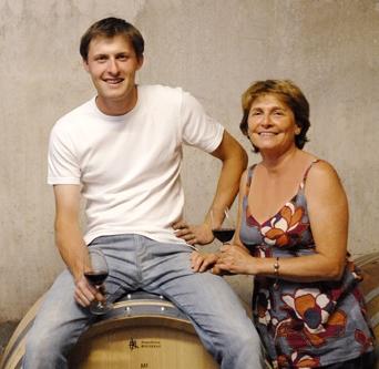Famille Vache (Domaine La Monardière)   Créée en 1987 par Martine et Christian Vache, le vignoble est situé au pied des dentelles de Montmirail   Les Calades  -  Les 2 Monardes  -  Le Rosé  - Vieilles Vignes