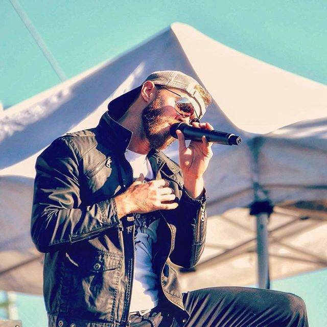 """A brisk day in NYC. Wouldn't mind having """"the heat of summer sunshine"""". #friday #singer #beard #festival #thecorrs #summersunshine"""
