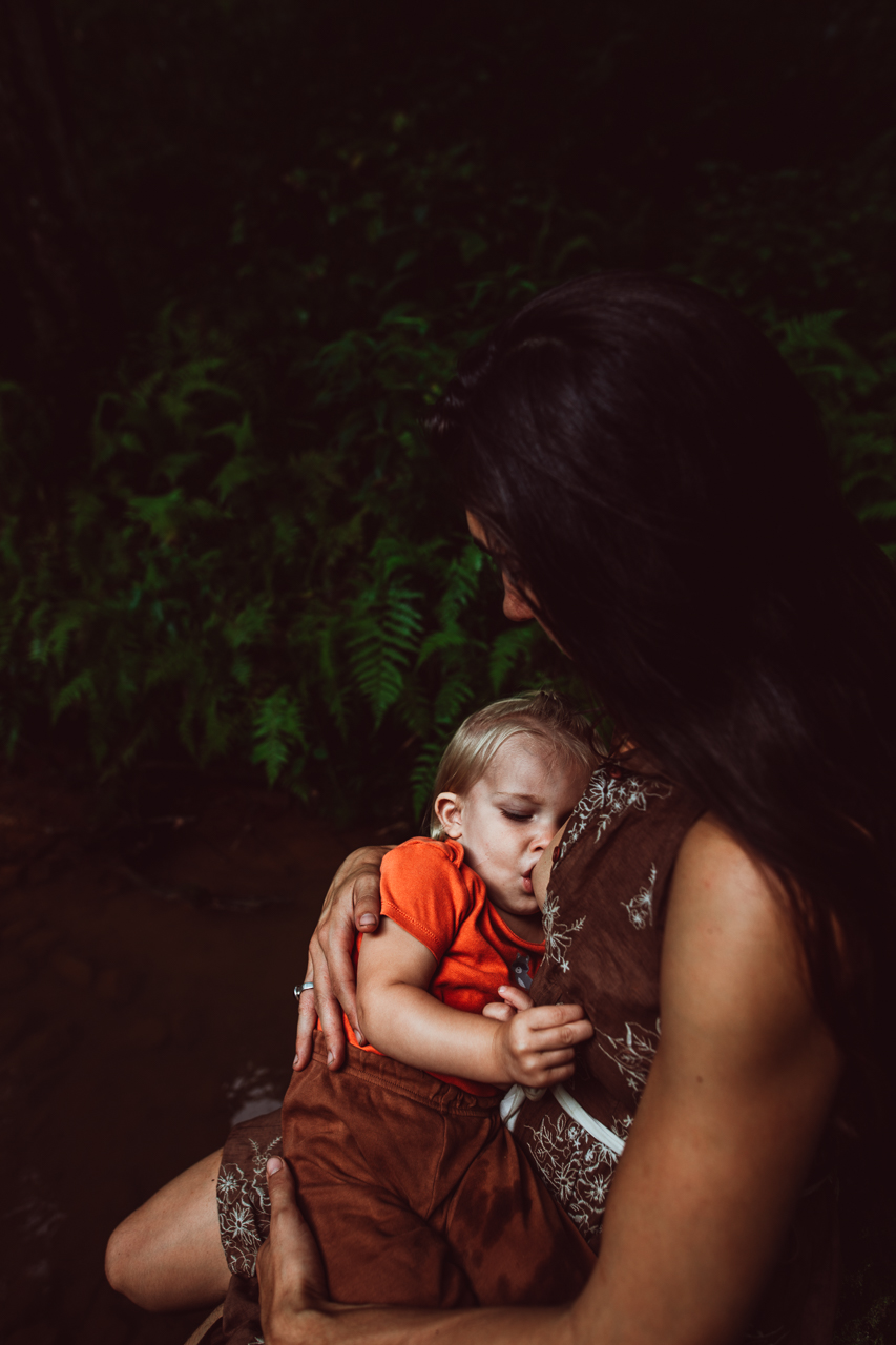 breastfeeding-outdoor-photography