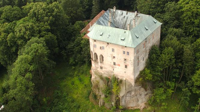 Another aerial angle of the castle, more clearly showing the rock outcropping on which it stands.  Photo by  Miroslav Šálek