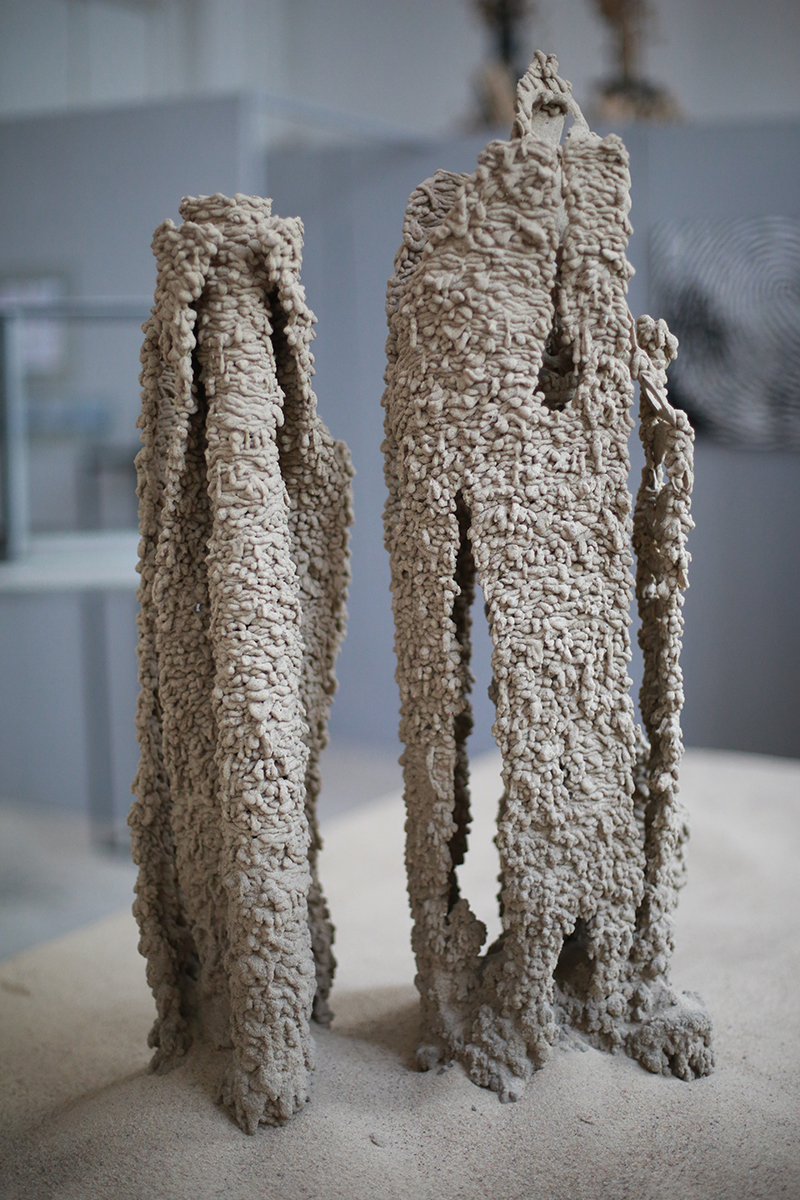Jan Sajdak Fatamorgana rzezba z piasku na blacie 100na70cm 2.jpg