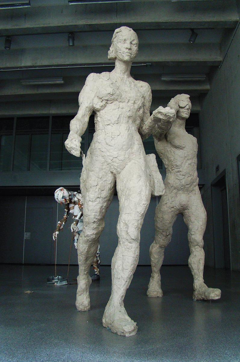 Jan Sajdak Arkadia grupa rzezb, rozne materiały kroczace postacie wys ok 200cm.jpg