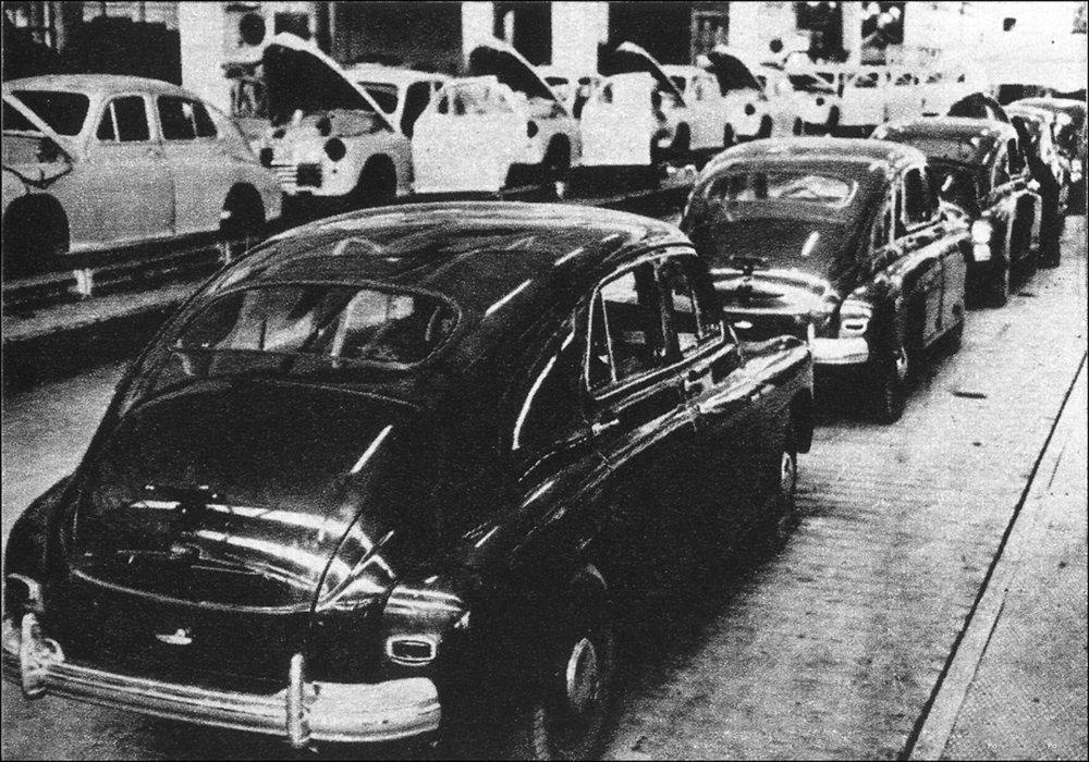 """6 listopada 1951 , """"Zszedł z taśmy pierwszy samochód """"Warszawa M-20"""" Fabryki Samochodów Osobowych na Żeraniu"""" - zdjęcie pochodzi z tygodnika Stolica nr 28 (1388) 14.07.1974"""