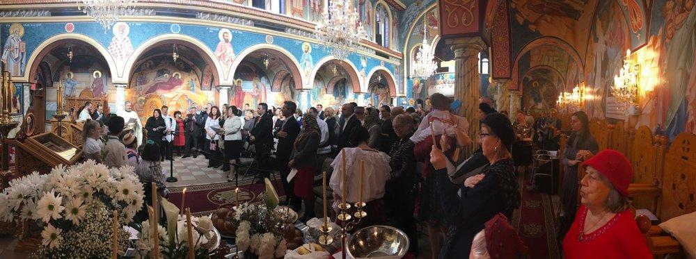 Credinciosii Bisericii Sf. Maria cântând imnul national al României