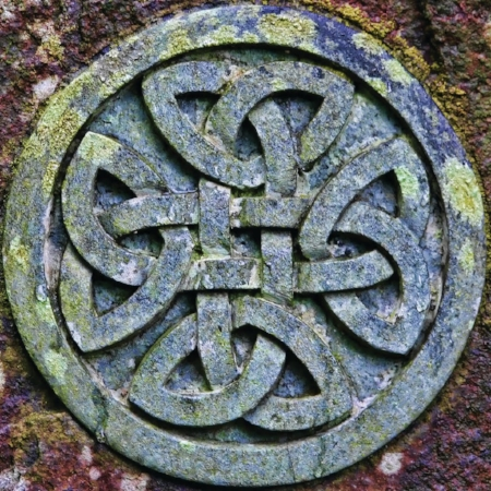 24169103-celtic-knot-symbol-on-a-gravestone-in-a-scottish-graveyard1.jpg